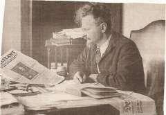 Leon Trotsky en su despacho.jpg